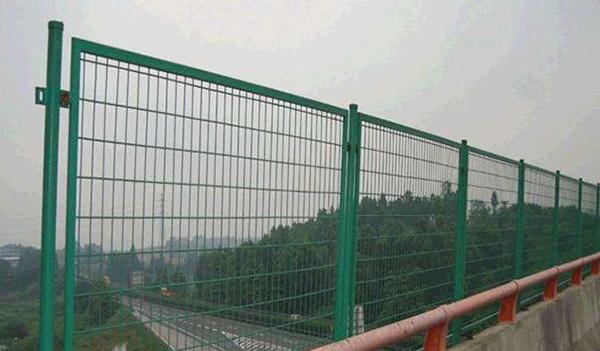 什么样的场所更适宜用南阳铁艺护栏防护网?