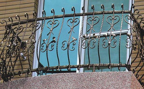 南阳阳台铁艺护栏的安全标准和维护是怎么样的?