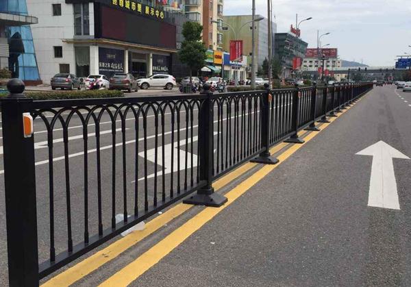 半封闭人行道隔离护栏