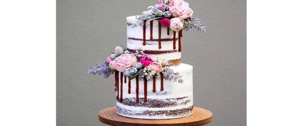 蛋糕烘焙时,关于鲜花色彩的搭配也是非常重要的