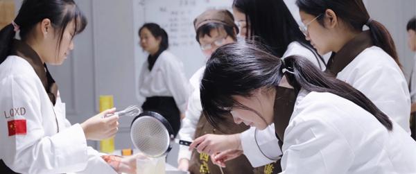 成为西点师或创业,去南阳培训学校和蛋糕店建议哪个呢