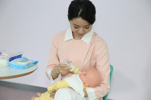 南京月嫂保姆服务公司介绍给新生婴儿护理具体是哪些?