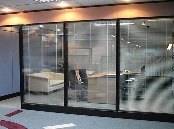 办公室玻璃隔断安装中!