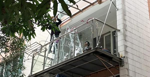 轻钢玻璃雨棚的材质、性能是怎么样的呢?