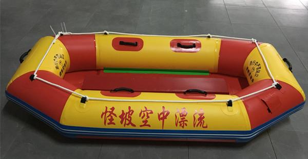 玩充气漂流船时,记住不要穿错鞋子了!