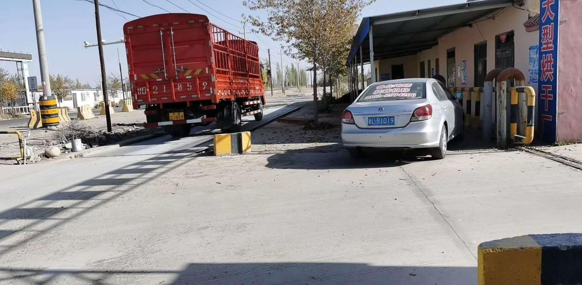 新疆坤宁衡器设备有限公司于博州|阿拉山口给老客户两台150电子汽车衡