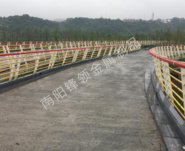 桥梁护栏安装完毕!— 锋领金属