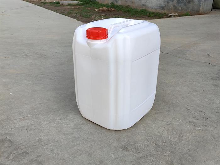 白色塑料桶