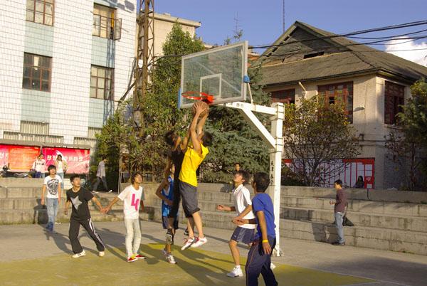 2011屆學生在進行籃球比賽 (2)
