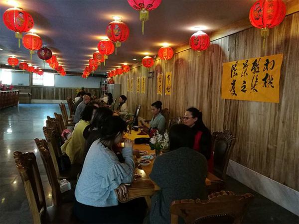 春雨茶学堂带领学员为药师寺做六度茶会场景