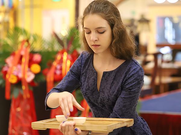 春雨茶学堂的外国留学生进行茶艺培训