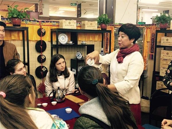 语均茶书院茶艺培训校长给外国留学生上课