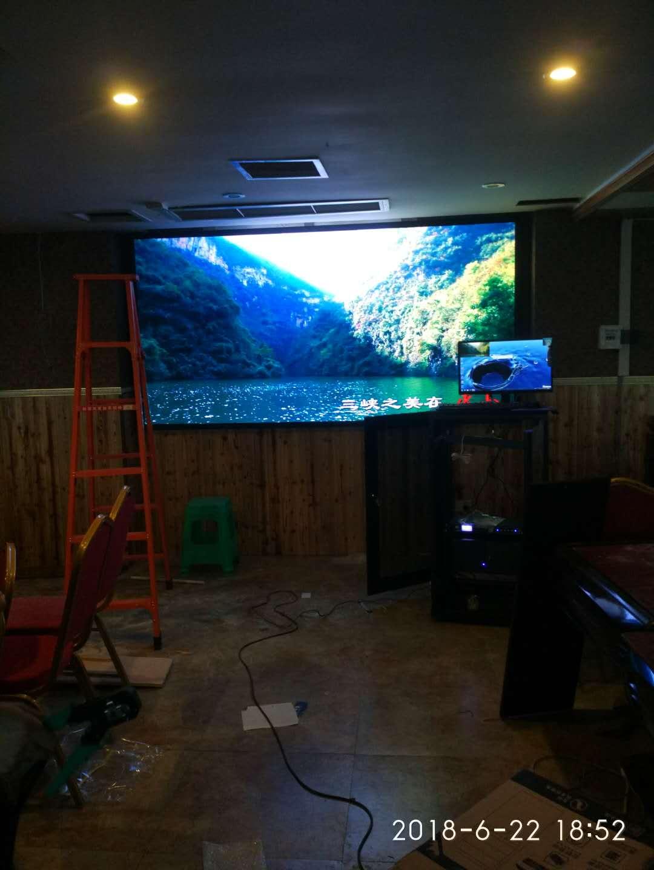 重庆巴南南彭欣怡大酒楼室内三块屏P4全彩LED显示屏