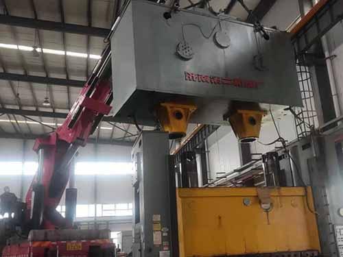 重庆嘉陵工业400吨闭式双点压力机搬运现场
