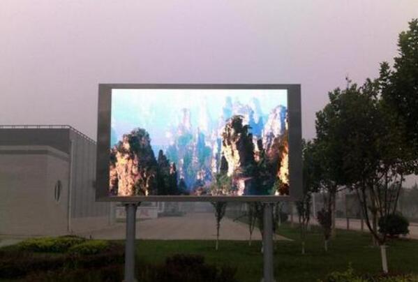 户外LED显示屏在恶劣天气下还能继续使用吗?