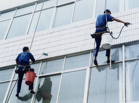 清洗玻璃幕墙严禁使用碱性清洁剂否则会出现褪色等