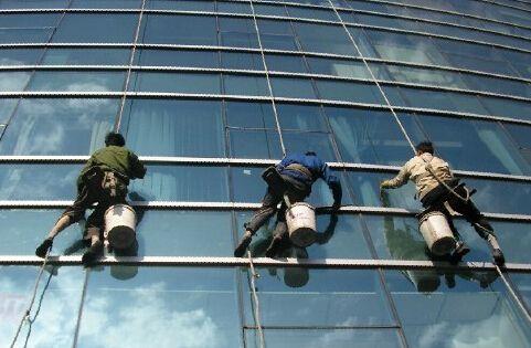 建筑外墙清洗工程中使用的材料和构件的质量检验应认真进行