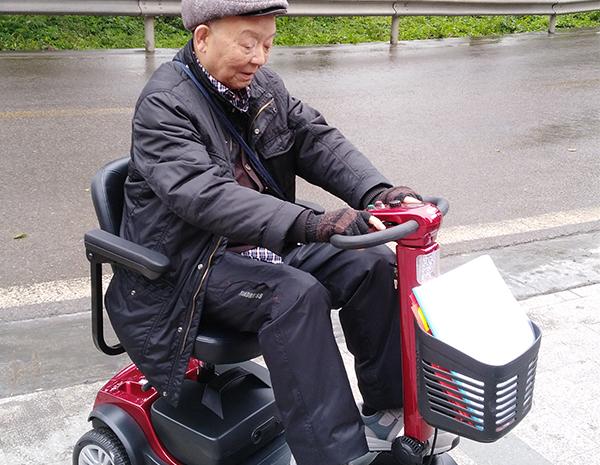 老人试骑电动轮椅