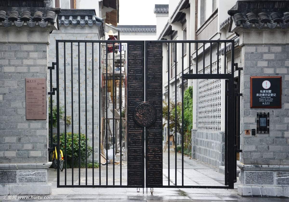 鐵藝大門給人以時尚古典的氣息,更能給人以安全感
