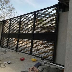 在材質上一般選用干掛石材,體現鐵藝大門的厚重感