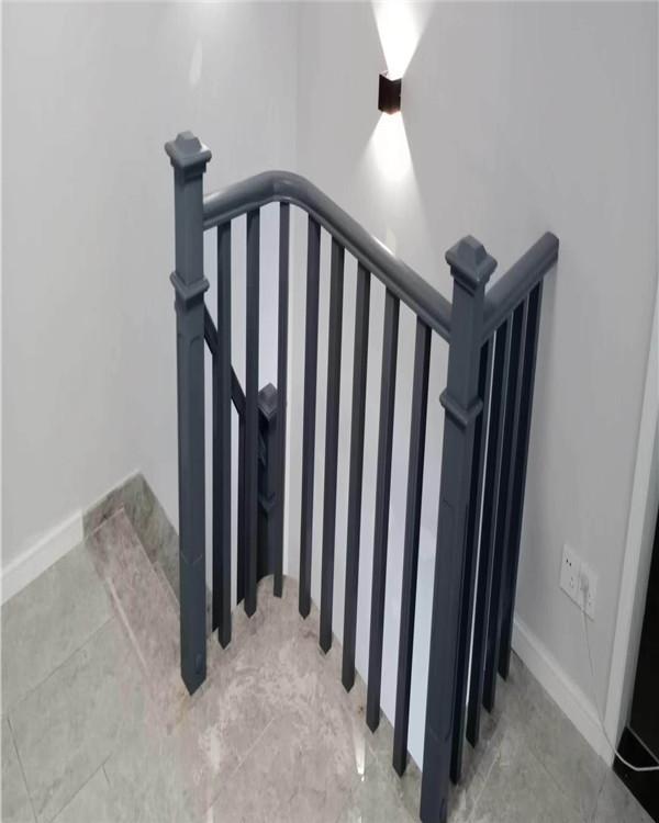 金屬材料制成的安全護欄具有略高的防銹處理特性