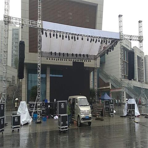 舞台设备搭建中