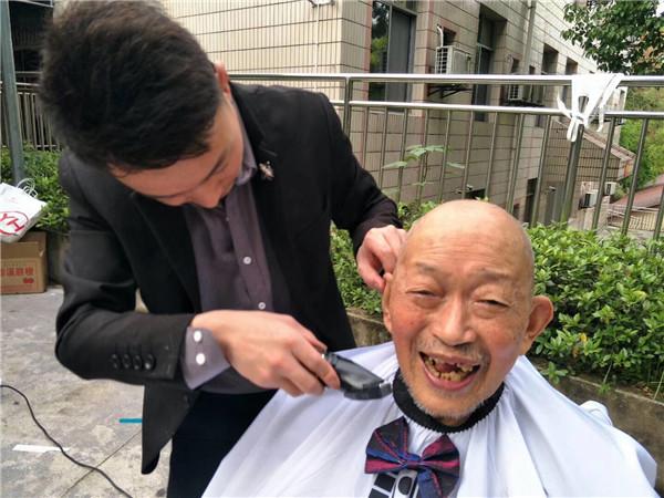 养老院义工理发