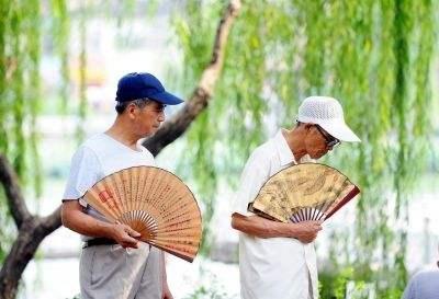 """老年人夏季摇扇子可以""""摇""""走疾病"""
