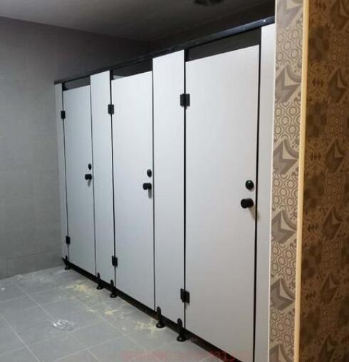 办公楼怎样安装卫生间隔断