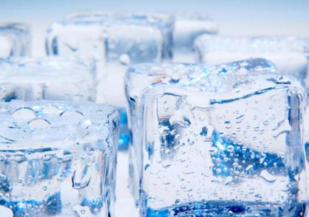 在防暑降温用的冰块上撒盐的原因