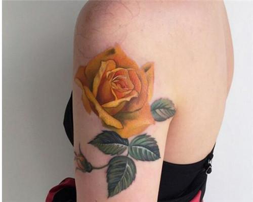 鲜花遮盖纹身