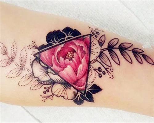 手臂花朵纹身