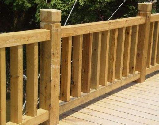 防腐木栏杆是庭院公园中的标配