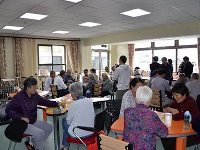 养老公寓护理人员组织老人集体活动