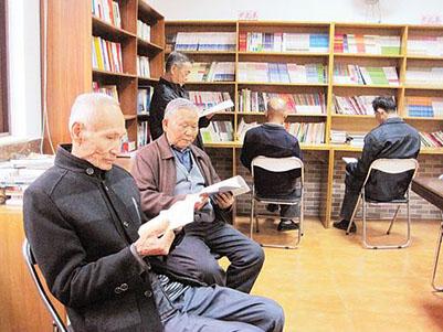 老人每天都会来图书室有效的阅读