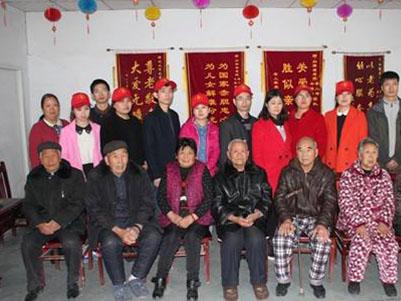 特殊护理老人们与志愿者合影