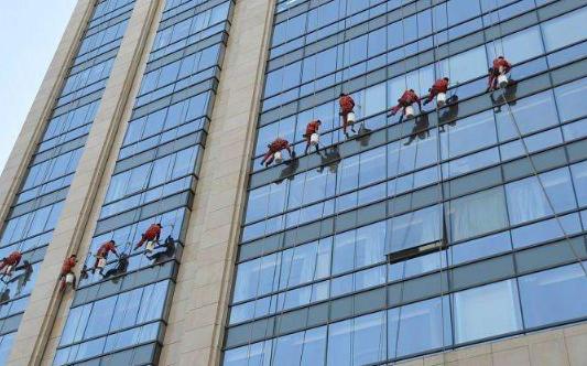 长沙外墙清洗公司为您解答外墙清洗时擦玻璃的方法