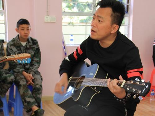 湖南卫视歌星张勇在丑小鸭中学给孩子们上课