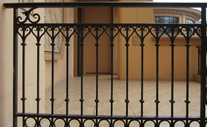 讲解一下阳台铝艺护栏玻璃底座立柱安装要点