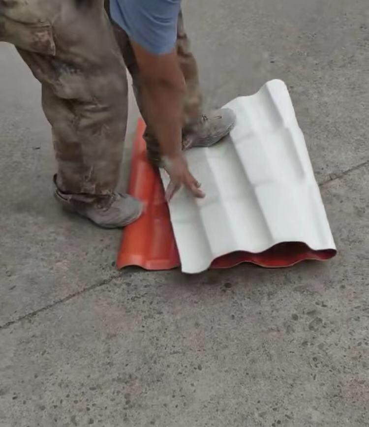 看看我们生产的树脂瓦,根本踩不坏!