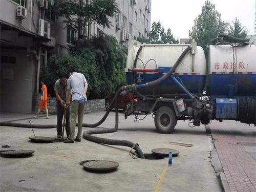 环卫车清理化粪池