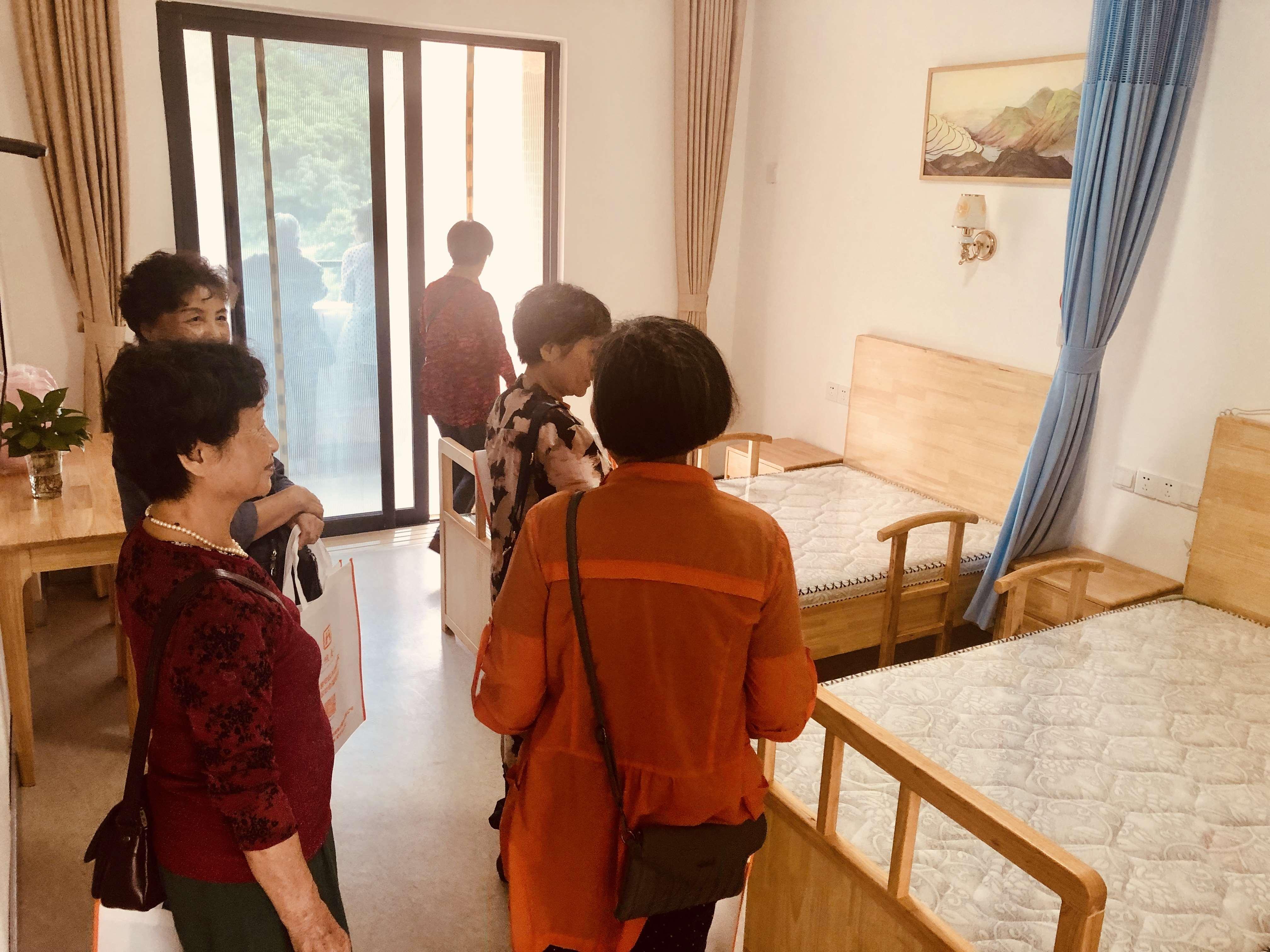 阿姨们参观房间环境!