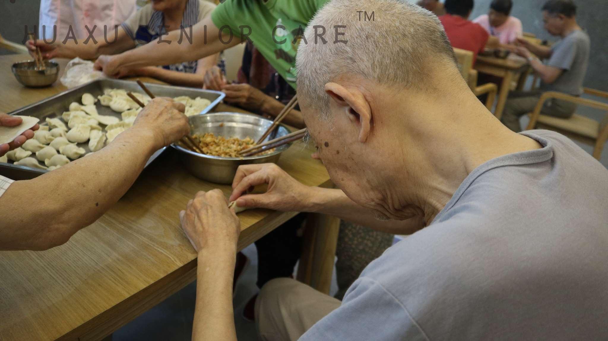 瞧!老人包饺子的花样真好看!