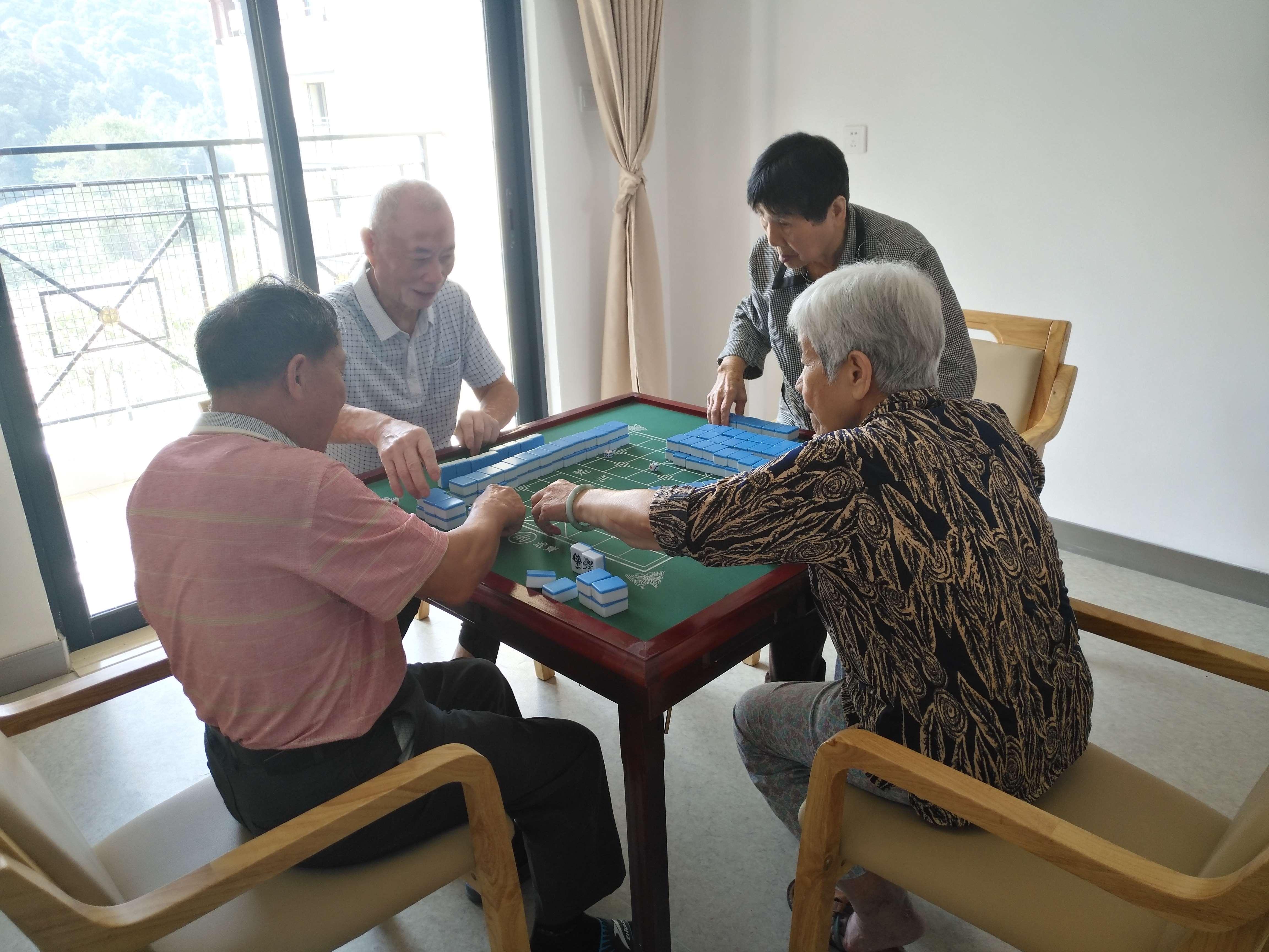 老人打麻将、下象棋、跳棋
