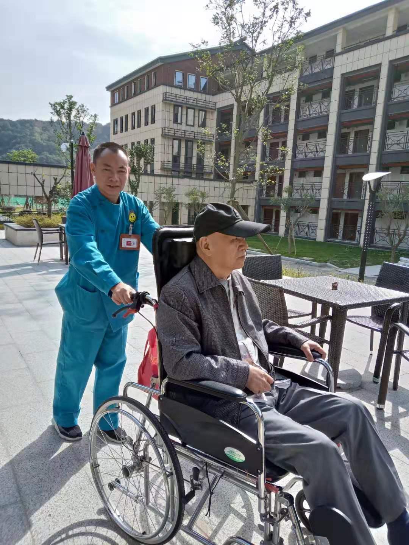 轮椅老人户外散心时间