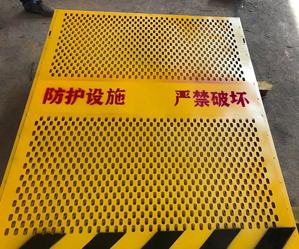 关于福建施工电梯防护门的重要性!