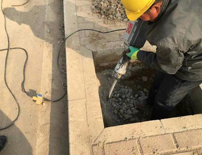 挖路灯基础坑