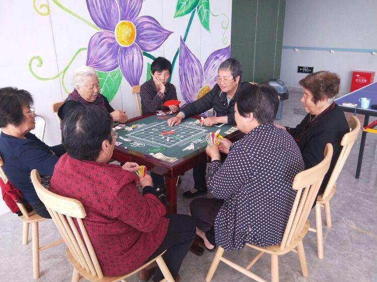养老院一群老人快热打牌时光