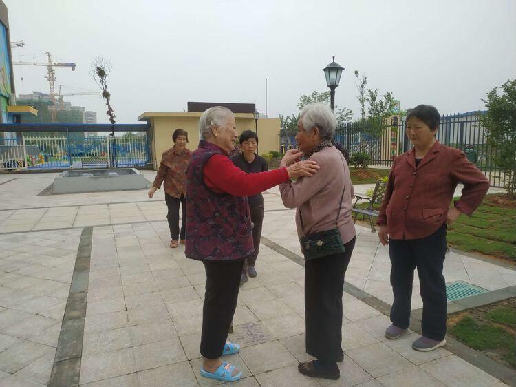 老奶奶们在养老院外活动聊天!