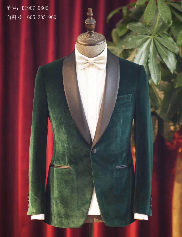一身合体的西装上身可以让自己的气质提高好几个档次